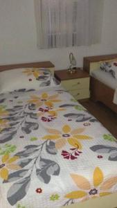 Cozy apartment with a yard and balcony near the beach Apartments Boskovica