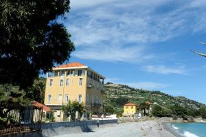 Holiday's Beach - AbcAlberghi.com