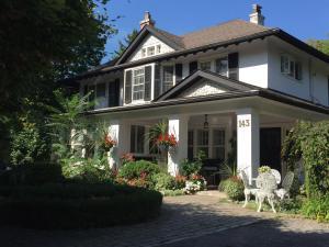 Bernard Gray Hall Bed and Breakfast - Accommodation - Niagara on the Lake