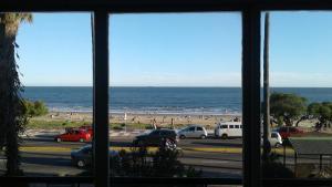 Balcony into Buceo Beach, Apartmány  Montevideo - big - 49