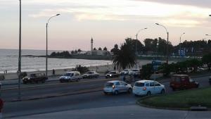Balcony into Buceo Beach, Apartmány  Montevideo - big - 56