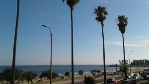 Balcony into Buceo Beach, Apartmány  Montevideo - big - 62