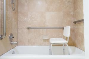 Ramada by Wyndham Ely, Hotels  Ely - big - 36