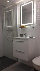 Cracow Jacuzzi Apartments - White Room
