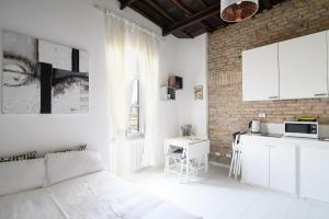 White Ostilia Apartments - abcRoma.com