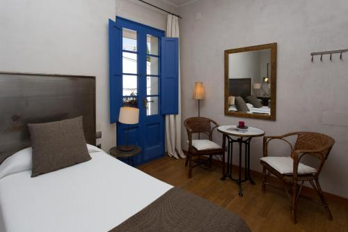 Double or Twin Room - single occupancy Hostal de la Plaça 53