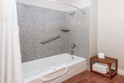 Howard Johnson by Wyndham Orange Hotel & Suites - Orange, CA CA 92857