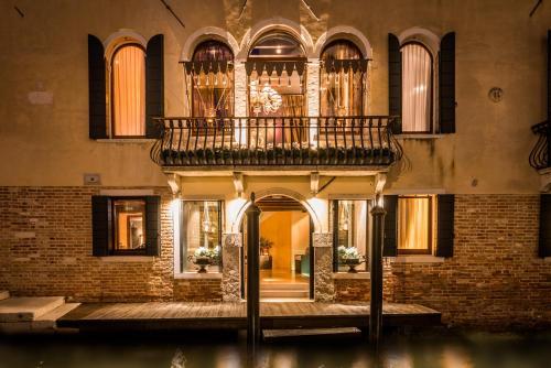Via Dorsoduro 111, Venice, 30123.
