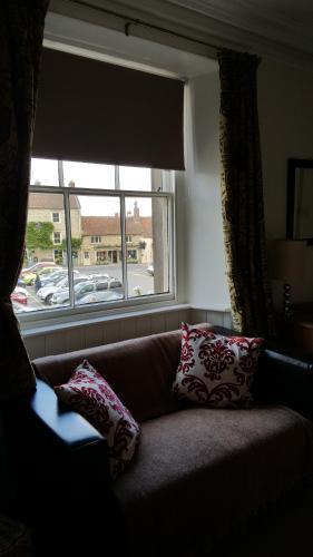 The Royal Oak Hotel - Photo 8 of 32