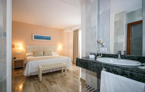 Double Room with Balcony Hotel Doña Lola Zahara 17