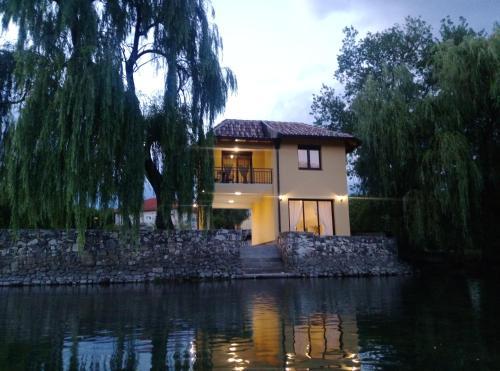 . River House Buna