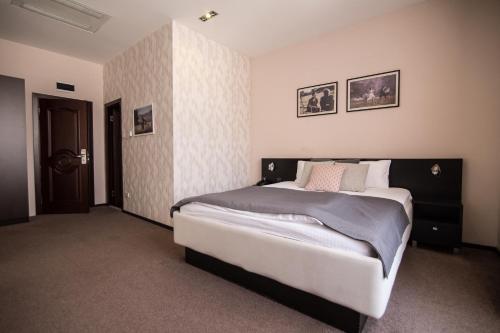 . Hotel Platani