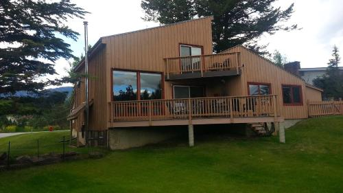 . Invermere Lakeside & Mountain View Home