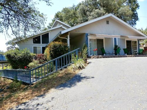 . NEW CHARMING 2 BEDROOMS UNIT CLOSE TO EVERYTHING