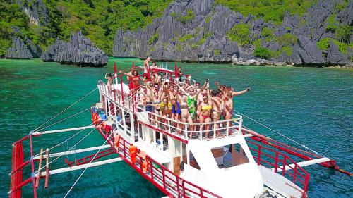 Hotel Le Boat (Expeditions And Booze Cruises)