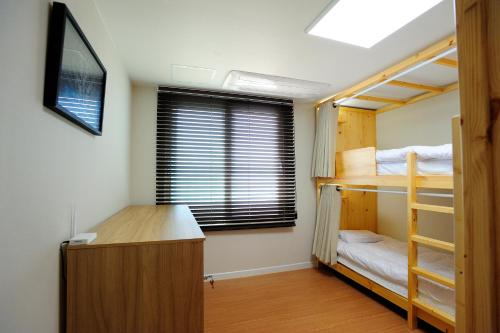 Seng på 4-sengers sovesal for kvinner (Bed in 4-Bed Female Dormitory Room)