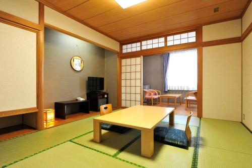 Standard Japanese-Style Room and Mountain View - Shared Bathroom