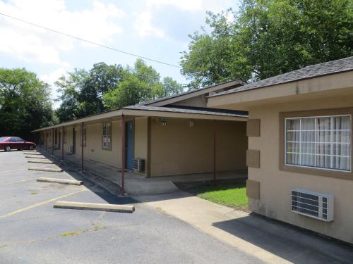 Budget Inn - Conway, AR 72032