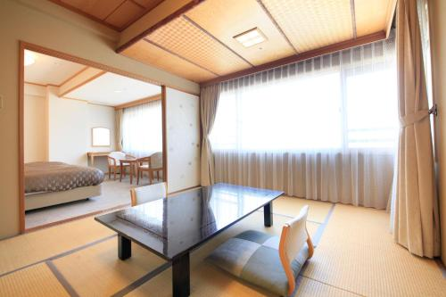 Western-Style Room with City View (4 People)