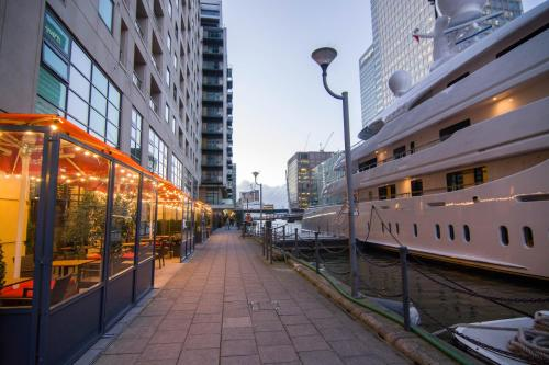 Canary Wharf   Corporate Riverside Apartments