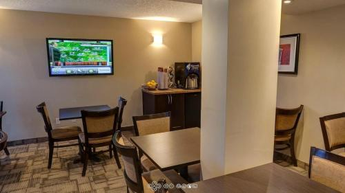 Days Inn by Wyndham Calgary Northwest - Calgary, AB T3B 0M4