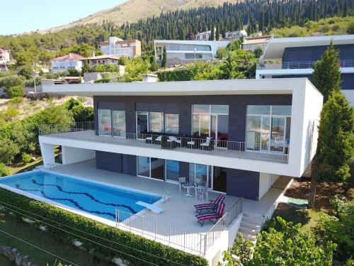 Modern Swimming Villa