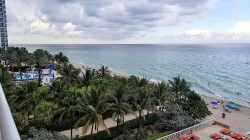 Oceanfront with balcony Sunny Isles - SPECTACULAR!