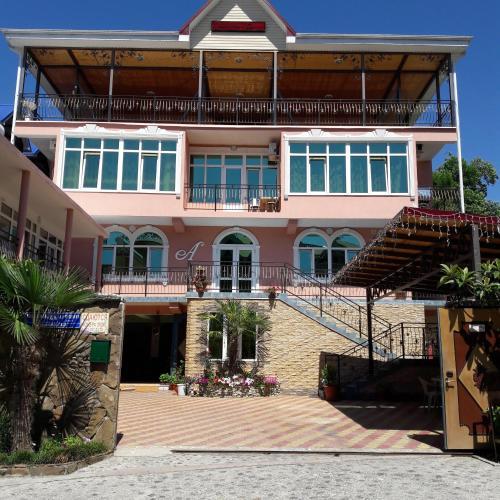 Amalia Hotel, Loo
