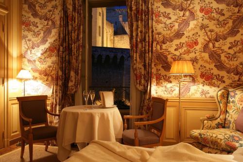 4 Place de l'Amirande, 84000 Avignon, France.