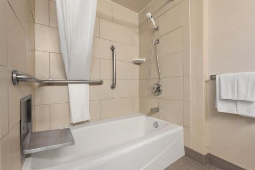 DoubleTree by Hilton Milwaukee/Brookfield - Brookfield, WI WI 53045