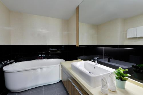 Ten Ekamai Suites by Aspira photo 17