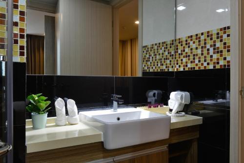 Ten Ekamai Suites by Aspira photo 36