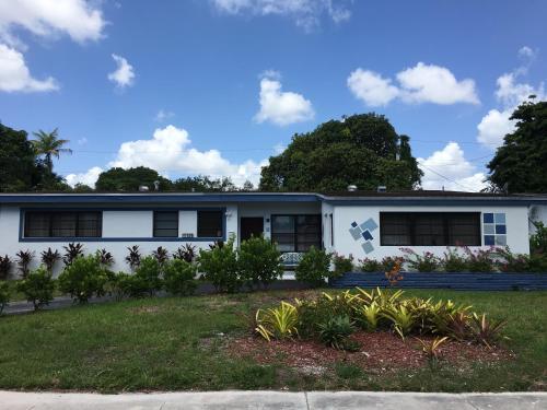 North Miami Six-Bedroom House - Miami, FL 33162
