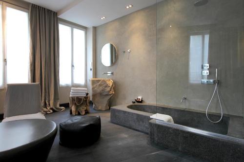 28 rue de l'Arc de Triomphe, 75017 Paris, France.