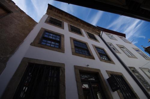 Pátio de São Salvador 22, União de Freguesias do Centro, 4050-567 Porto, Portugal.