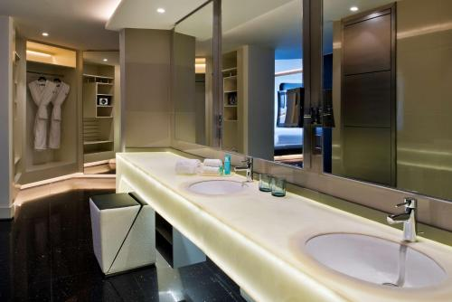 V Hotel Dubai, Curio Collection by Hilton photo 2