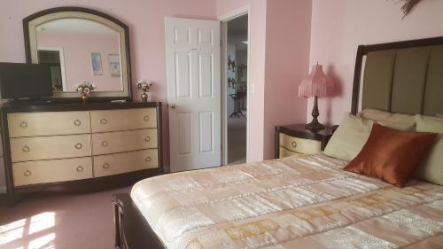 . Highland Hideaway - Frontenac Room
