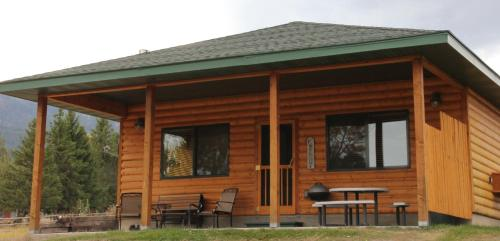 Yellowstone Park Riverfront Cabins - Gardiner, MT 59030