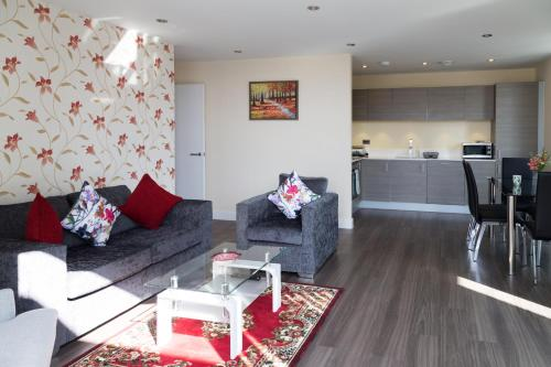 . Exquisite Station Penthouse with Balcony & Parking & Sleeps 6