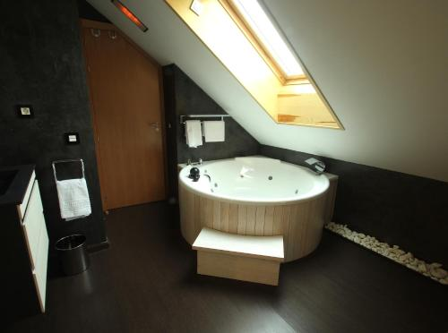 Superior Double or Twin Room with Hot Tub Hotel De Martin 13