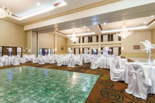 Clarion Hotel & Conference Center Sherwood Park - Sherwood Park, AB T8H 2G4