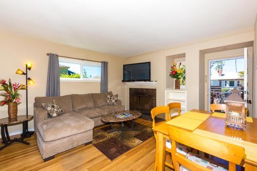 #447-Windansea Fun and Sun Two-Bedroom Holiday Home - La Jolla, CA 92037