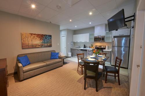 Wasaga Riverdocks Hotel Suites - Photo 5 of 36