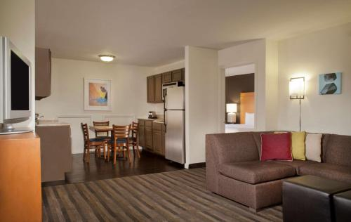8 Cozy Hotels With In-Room Kitchens In Colorado Springs ...