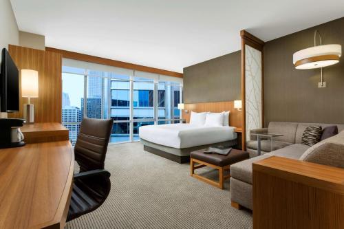 Hyatt Place Chicago/Downtown - The Loop Номер особой категории с кроватью размера «king-size», безбарьерной душевой и диваном-кроватью – Подходит для гостей с ограниченными физическими возможностями