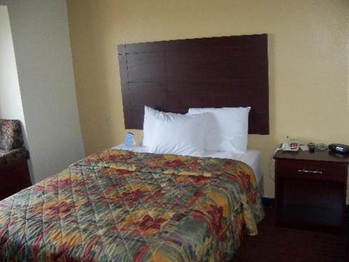 Queen Room - Smoking Bridgepointe Inn & Suites Toledo-Perrysburg-Rossford-Oregon-Maumee by Hollywood Casino