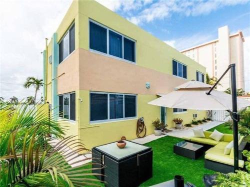 Hollywood Beachfront House - Hollywood, FL 33019