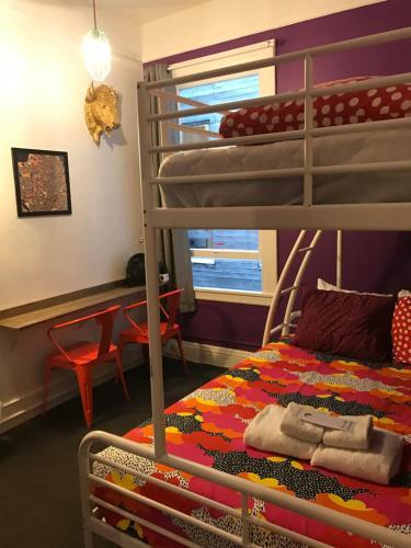 HI San Francisco Downtown Hostel Двухместный номер 1 кроватью и общей ванной комнатой в коридоре