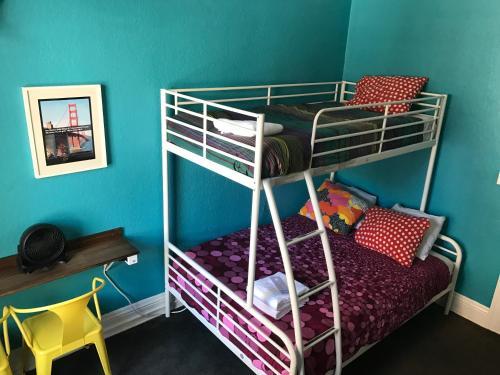 HI San Francisco Downtown Hostel Двухместный номер с 2 отдельными кроватями и общей ванной комнатой в коридоре