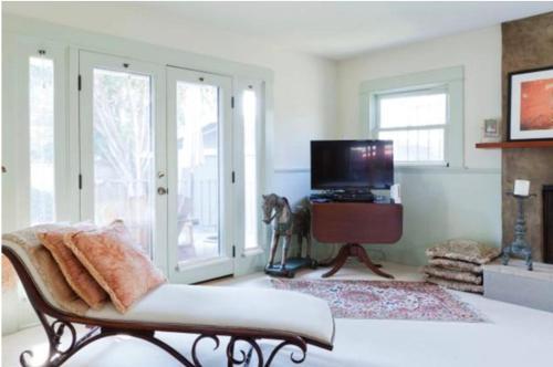 Luxurious Master En-Suite - Los Angeles, CA 90004